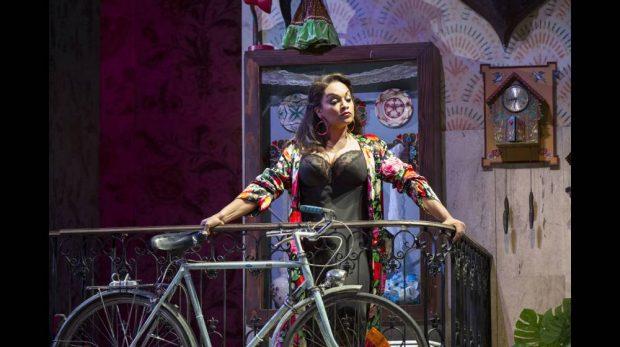 Danielle De Niese starring in Ravel's L'heure espagnole (Glyndebourne 2015)